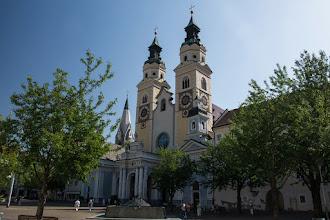 Photo: Największym kościołem w Bressanone jest katedra Wniebowzięcia NMP.  Pochodząca pierwotnie z okresu Ottonów budowla otrzymała w XII wieku nowy romański kształt – trzynawowy korpus z kryptą oraz dwie wieże fasadowe. Dobudówki wykonano w okresie gotyku i baroku. Północną wieżę wzniesiono w latach 1610 – 1613, a kolejne przebudowy wykonano w latach 1745 – 1754.