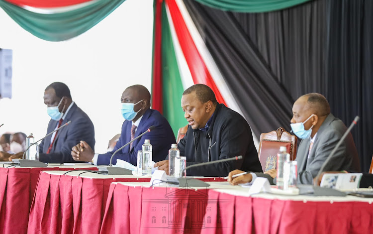 Deputy President William Ruto with President Uhuru Kenyatta with governors at State House on June 10. With them is CoG chair Wycliffe Oparanya (L) and Head of Public Service Joseph Kinyua (R). /PSCU