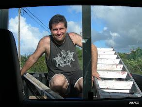 Photo: Lucas LU1FAM en la parte de atrás de la camioneta cuando íbamos a colocar las Beverage