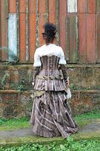 Photo: Figurino steampunk composto por camisa em lese bege com babados, saia estilo vitoriana em sarja xadrez, petticoat e corset overbust em PU soft ( imitação de couro) e sarja xadrez e mangas em PU soft ( imitação de couro).  Site: http://www.josetteblanchard.com/  Facebook: https://www.facebook.com/JosetteBlanchardCorsets/  Email: josetteblanchardcorsets@gmail.com josetteblanchardcorsets@hotmail.com