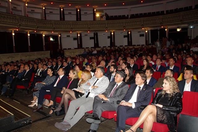 Un lleno Teatro Cervantes acogió la gala de los Premios AJE Almería con una amplia representación institucional, empresarial y social.