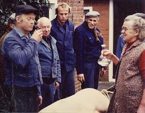 """Photo: Ze krijgen een """"vogelie"""", v.l.n.r. Hendrik Mennega, daarachter Anne Udding, Job de Wit, Lambert Hollander, Hendrik Hollander en zijn vrouw Zwaantje."""