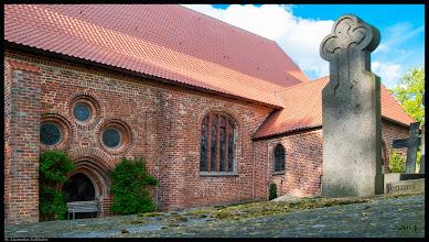 Photo: Die dem St. Laurentius geweihte Dorfkirche in Kalkhorst hat bereits ein neues Dach über dem schönen Langhaus aus dem 13. Jht.
