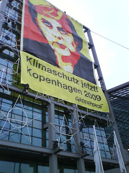 Photo: Greenpeace-Aktivisten an der Fassade des Hauptbahnhofs