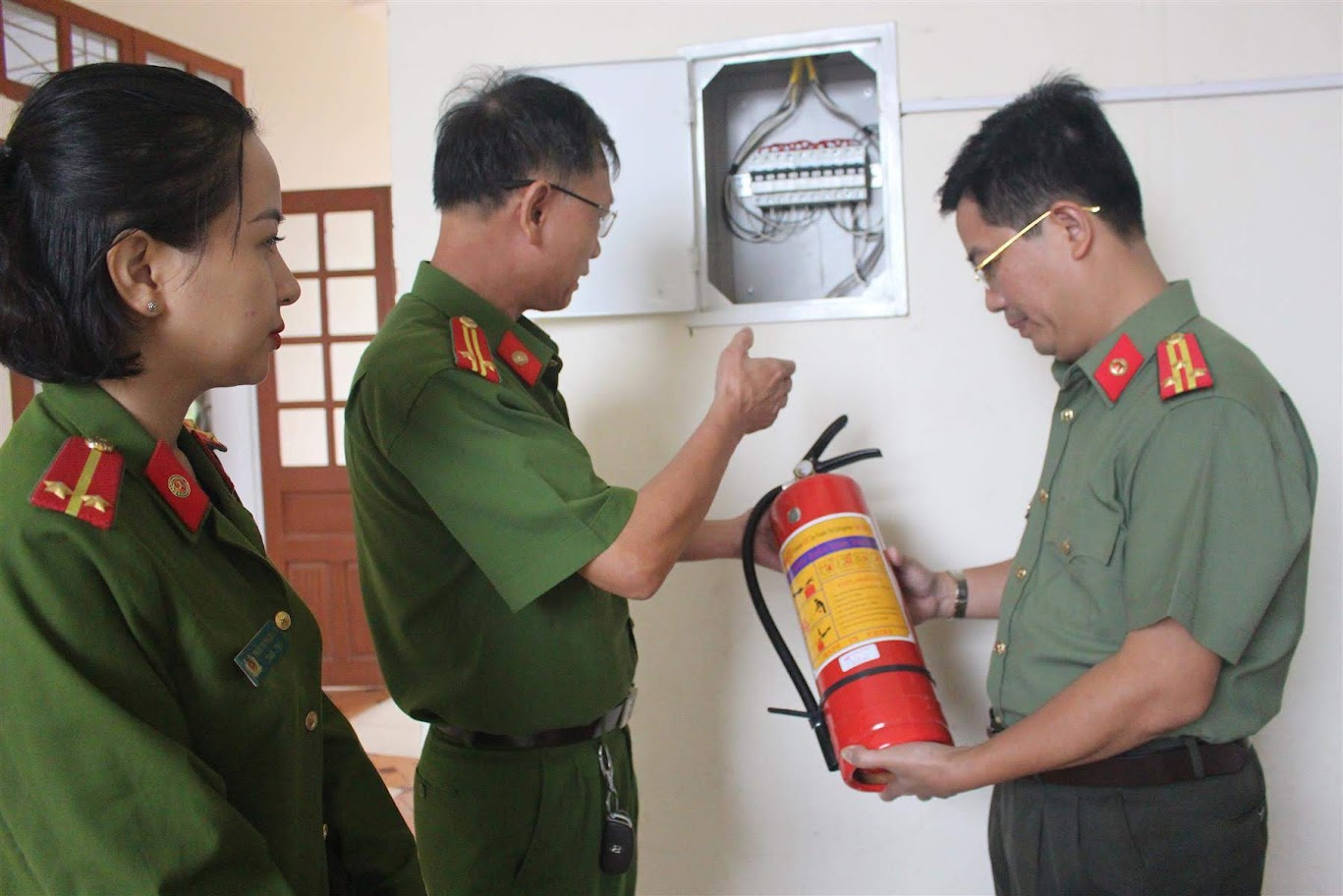 Đội Cảnh sát PCCC &CNCH Công an TP Vinh hướng dẫn thao tác đảm bảo an toàn tại đơn vị
