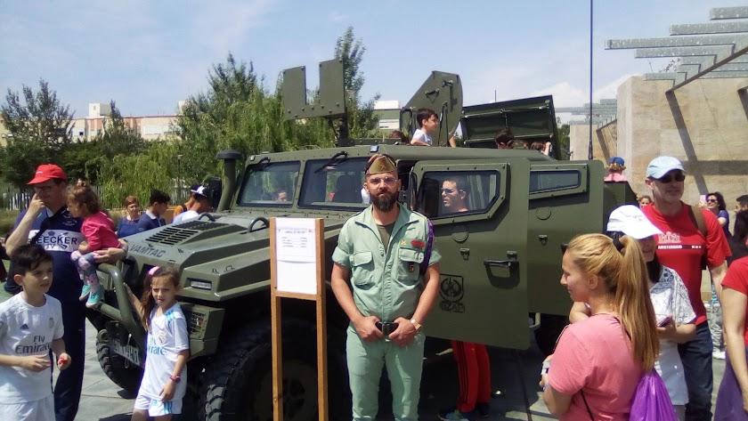 A bordo de un vehículo de la Legión en el Día de la Familia