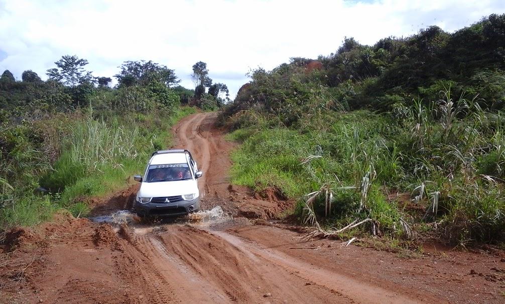 Perjalanan di daratan Kalimantan Utara harus menggunakan mobil gardan-ganda yang mampu menembus jalan tanah berlumpur. (Foto: Yudha PS)