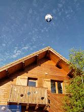 Photo: Gîte et montgolfière chez Le Ballon Bleu (notez les sihouettes de ballon dans le balcon !)