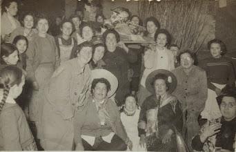 """Photo: Mujeres disfrazadas. """"La Tonta del Bote"""". Proveedor: Oscar Bezares. Año: 1959."""