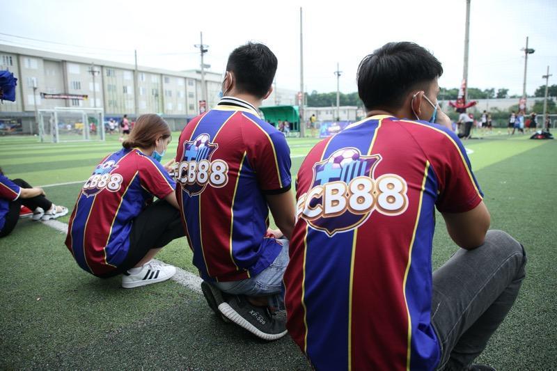 Nhìn lại trận cầu nảy lửa giữa FC Barca và MU Việt Nam, hứa hẹn đêm chung kết làm 'nức lòng' người hâm mộ - Ảnh 1