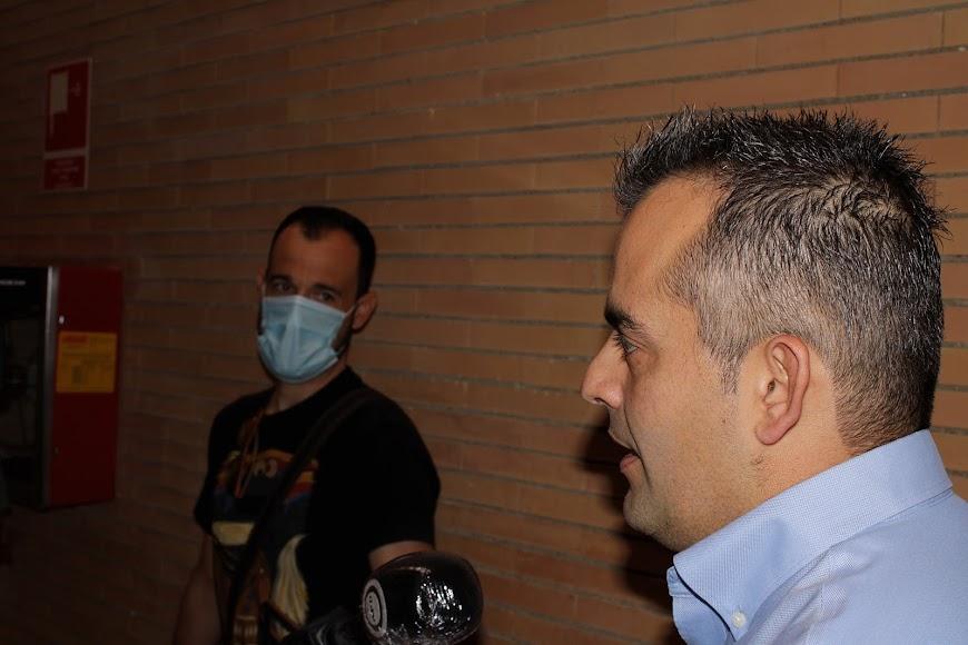 El concejal de Níjar, David Lozano, atendiendo a los medios de comuinicación.