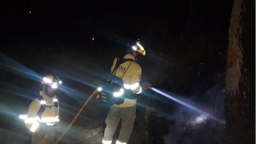 Un efectivo del Infoca interviene esta madrugada en las tareas contra las llamas en Sierra Bermeja. /Foto: Plan Infoca