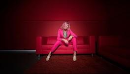 vrouw in roze op een bank