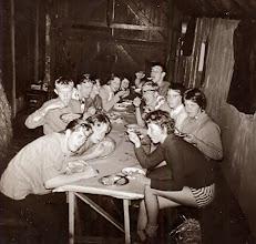 Photo: Wat kunnen de meisjes lekker eten koken, Appelscha 1961 rechts Dineke Wessels, Hilje Schuiling, Harm Jan Lanjouw, Harm Lanjouw Links Hendrik Jan Zandvoort, ?? , Lute Enting, Egbert Rijnberg