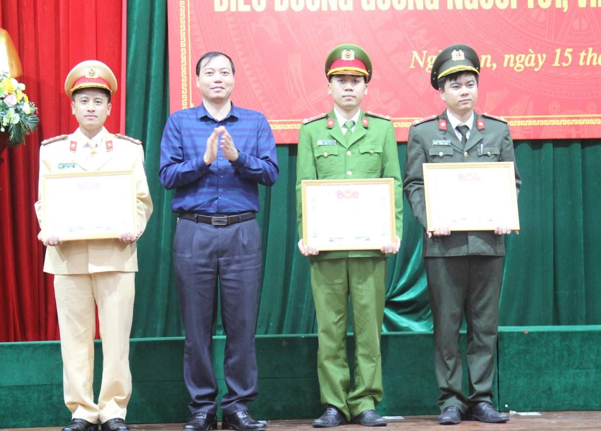 Đại diện Hội LHTN tỉnh Nghệ An trao thưởng cho các cá nhân xuất sắc