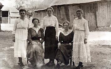 Photo: v.l.n.r. Altiena Kluiving, Lucretia Homan, Rika Homan, Geertruida Homan en Henderika Homan. Boerderij van Kleef met schaapskooi van Gebr. Homan (afgebrand in 1933)