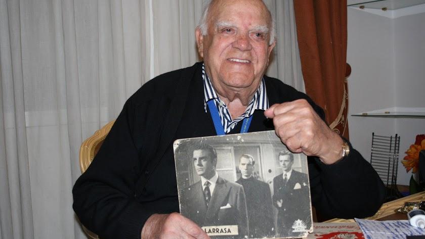 Eduardo Fajardo con una de las fotos que ha atesorado a lo largo de su carrera.
