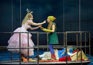 Photo: WIEN/ Akademietheater: DIE SCHNEEKÖNIGIN - Märchen von Hans Christian Andersen. Inszenierung: Anette Raffalt, Premiere 15. November 2014. Nadia Migdal, Alina Fritsch. Foto: Barbara Zeininger