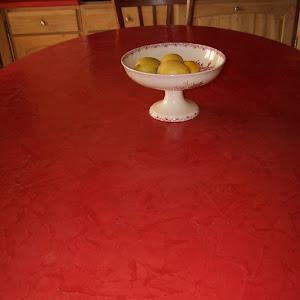 table de cuisine rénovée en béton ciré couleur rouge avec kit prêt à l'emploi béton ciré  à appliquer soi-même