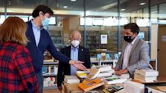 El concejal visitando la biblioteca municipal