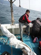 Photo: ・・・島影でも強風! スパンカーにトラブル! 修理を九州商船のお二人が! 助かりました!ありがとうございました!