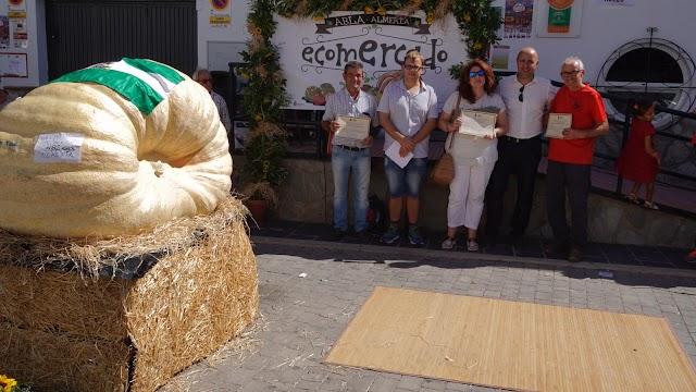 Entrega de premios del concurso 'Productos de la Huerta': calabaza más grande, mejor tomate local y mejor pisto.