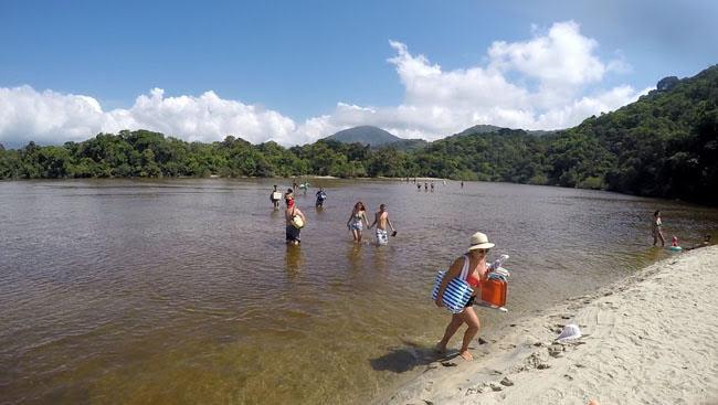 Atravessando a pé o rio Puruba em Ubatuba