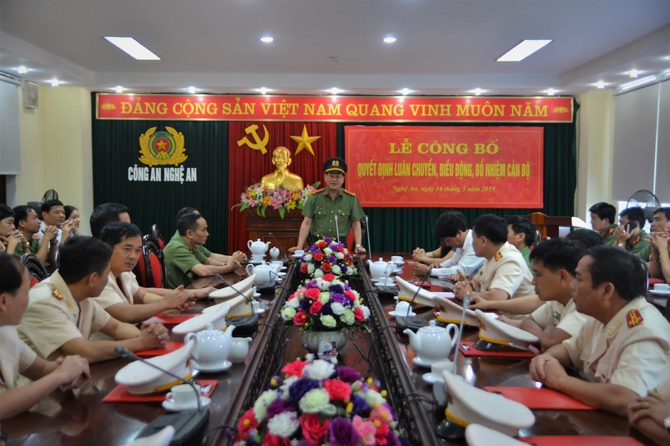 Đại tá Nguyễn Hữu Cầu - Giám đốc Công an tỉnh phát biểu giao nhiệm vụ cho các đồng chí được bổ nhiệm, luân chuyển, điều động.