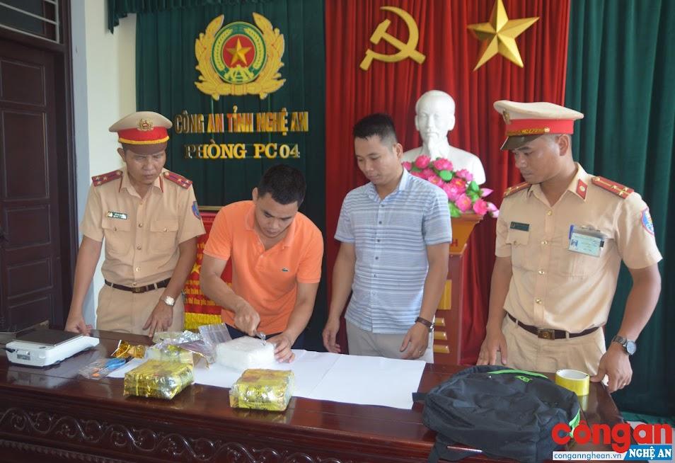 Lực lượng chức năng lấy mẫu giám định chất ma túy