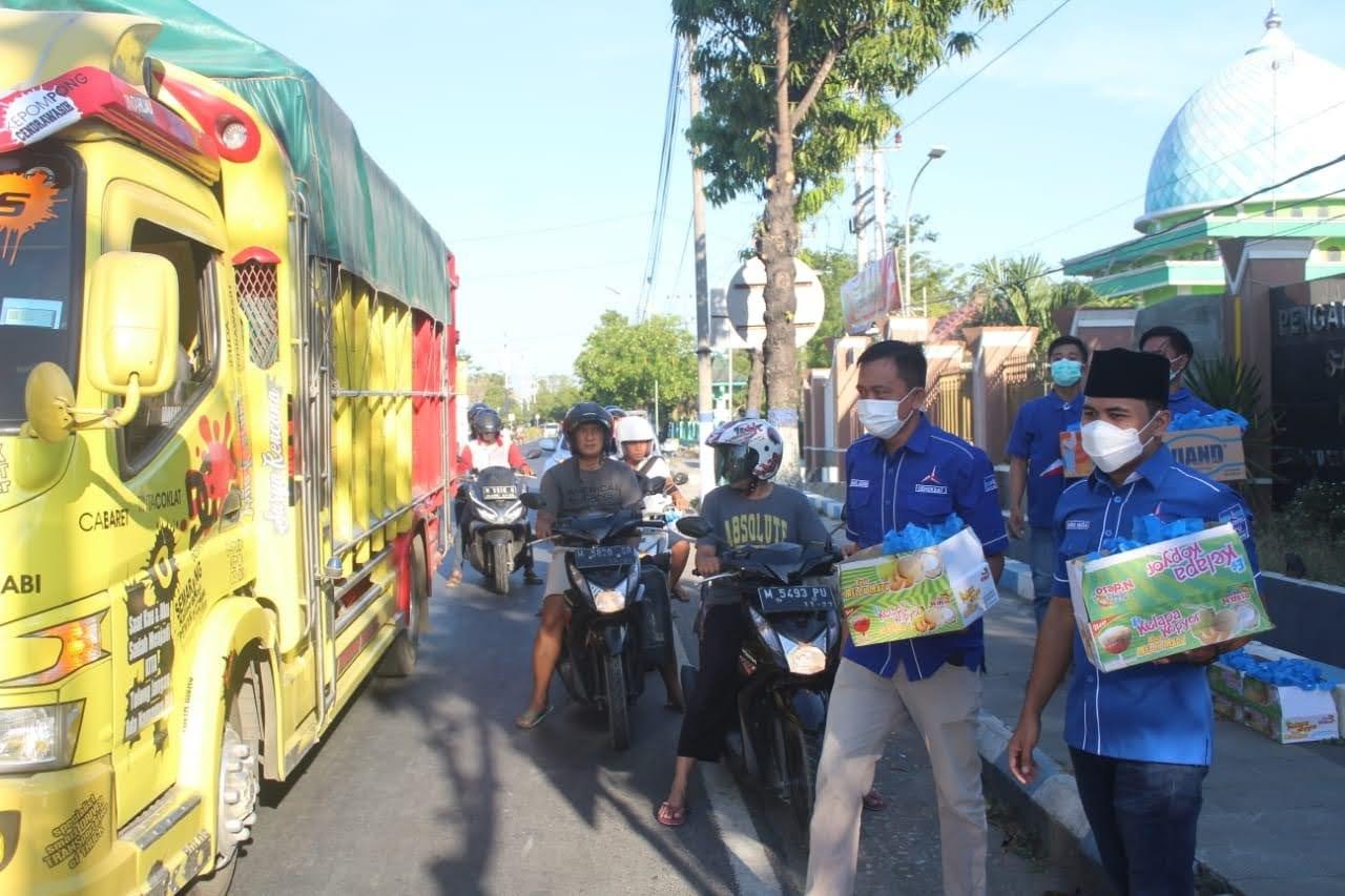 Penghujung Ramadhan DPC Demokrat Kabupaten Sampang, Bagi – Bagi 1000 Takjil Gratis