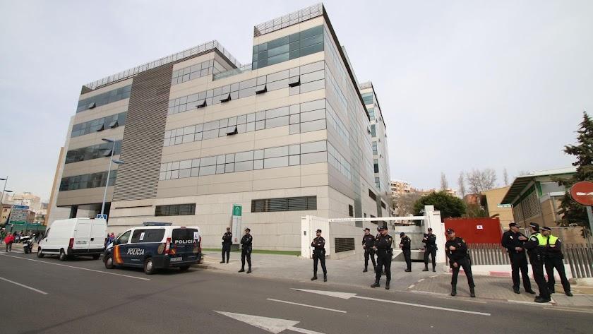 Dispositivo policial en los juzgados durante una declaración de Ana Julia en marzo
