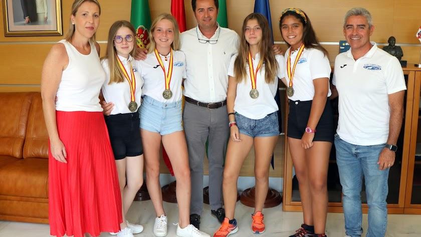 Las campeonas con Francisco Góngora y María José Martín.