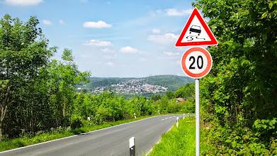 Photo: Die für den LKW gesperrte Kreisstraße 6 (Wolfskuhler Weg) bei ,In der Halle' mit Blick auf das Ardey-Gebirge.