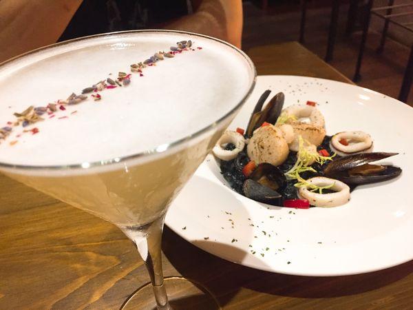 | 食記|台北大安|The Scent 餐酒館|在英式復古的宵夜酒吧享受無國界料理以及特調饗宴|近捷運六張犁