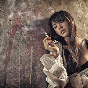 Relaxing by Tito Adinoegroho - People Portraits of Women