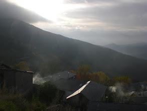 Photo: día algo brumoso y chimeneas encendida