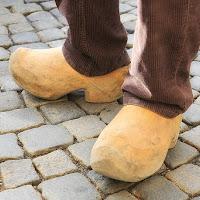 Tipiche calzature in legno di