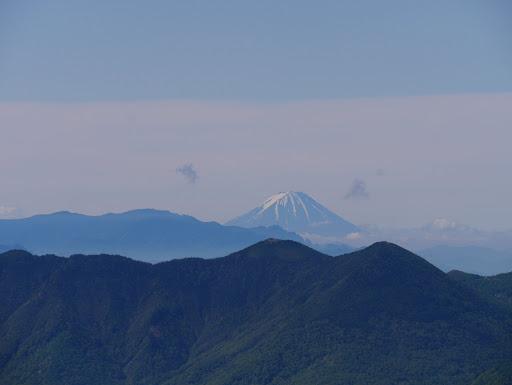 篭ノ登山の奥に富士山、その左に金峰山など