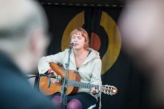 Photo: Hanneriina Moisseinen akustisena Mbarin lavalla