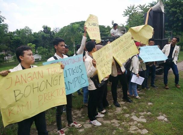 Puluhan Mahasiswa UNSOER Ngawi Gelar Demo Tuntut  Rektor Mundur