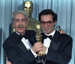 """Photo: O produtor Franco Cristaldi e o diretor Giuseppe Tornatore com o Oscar de melhor filme estrangeiro de """"Cinema Paradiso""""."""