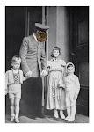 ambtenaar / soldaat met afgeplakt gezicht en 3 kinderen voor een deur
