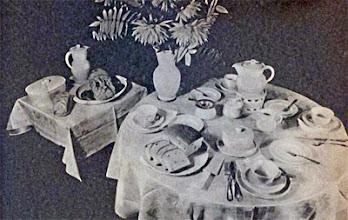 Photo: Reggelízőasztal. Szines damaszt terítővel, fajansz csészék és kannák, cukor-, méz-, dzsem- és vajtar-tóval. - Śniadanie.