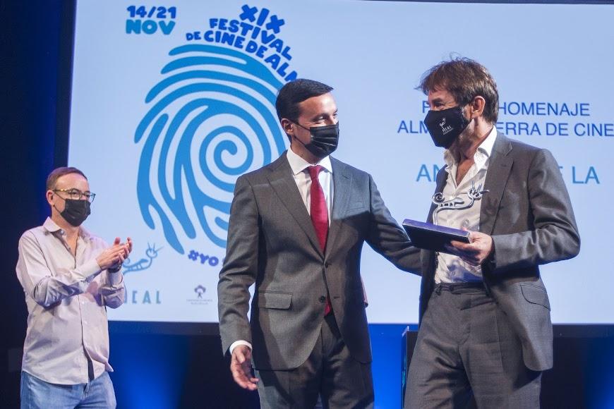 El presidente de Diputación entrega el Tierra de Cine al intérprete.