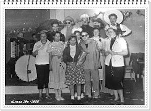 """Photo: Klasse 10b 1958 Ein Teil unserer Klasse: obere Reihe - E. Kaufmann, R. Baumgarten, I. Köpke, D. Peters, E. Valentin - vordere Reihe C. Grabbe . Die Mädchennamen sind mir heute nach """"52 Jahren"""" nicht mehr geläufig - Mädels, ich bitte um Verzeihung. Klassenlehrerin: Frau Flohr"""