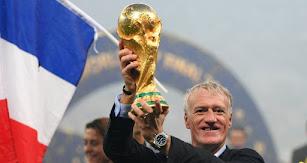 La Copa del Mundo en sus manos.