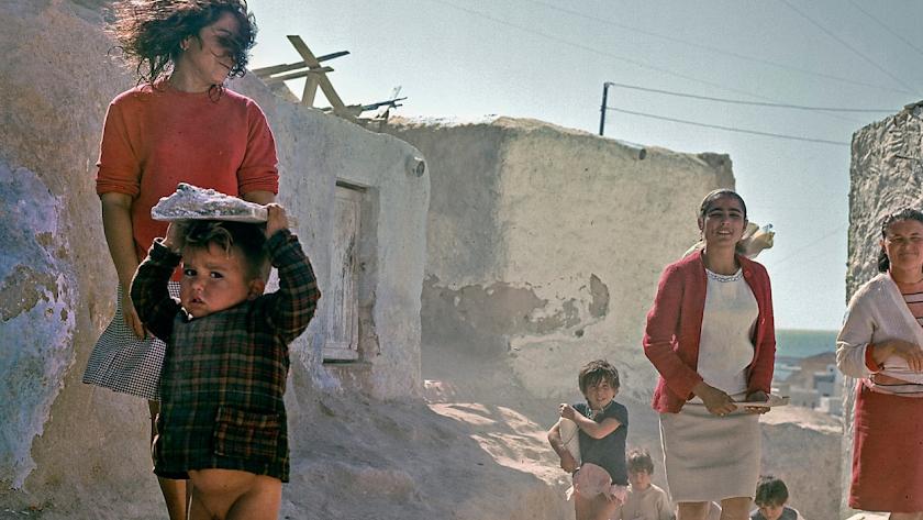 En esta serie Siquier se dio cuenta de que el barrio almeriense conservaba una dignidad que solo el color podía reflejar.