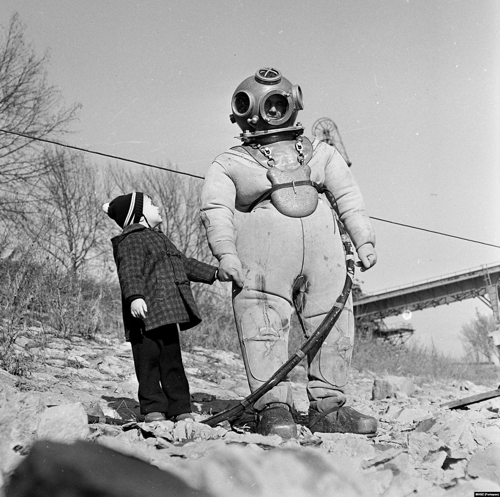 Водолаз в перерыве между погружениями в Дунай. 1965 год