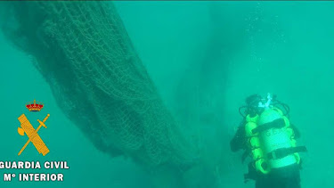La Guardia Civil ha tenido que realizar varias inmersiones para poder sacar la red.