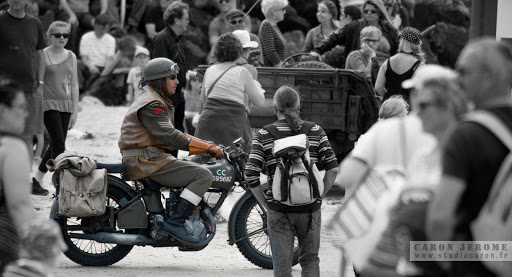 Motocycliste dans la foule